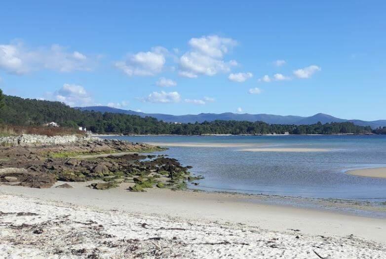 La playa Bornalle / de Abelleira se encuentra en el municipio de Muros, perteneciente a la provincia de A Coruña y a la comunidad autónoma de Galicia