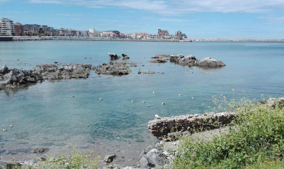 La playa Brazomar se encuentra en el municipio de Castro-Urdiales, perteneciente a la provincia de Cantabria y a la comunidad autónoma de Cantabria