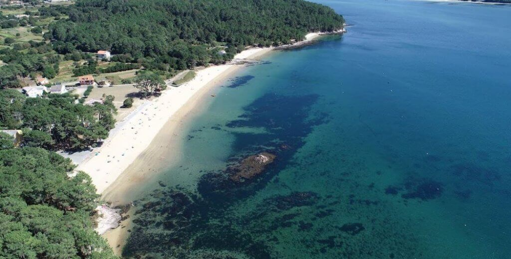 La playa Broña se encuentra en el municipio de Outes, perteneciente a la provincia de A Coruña y a la comunidad autónoma de Galicia
