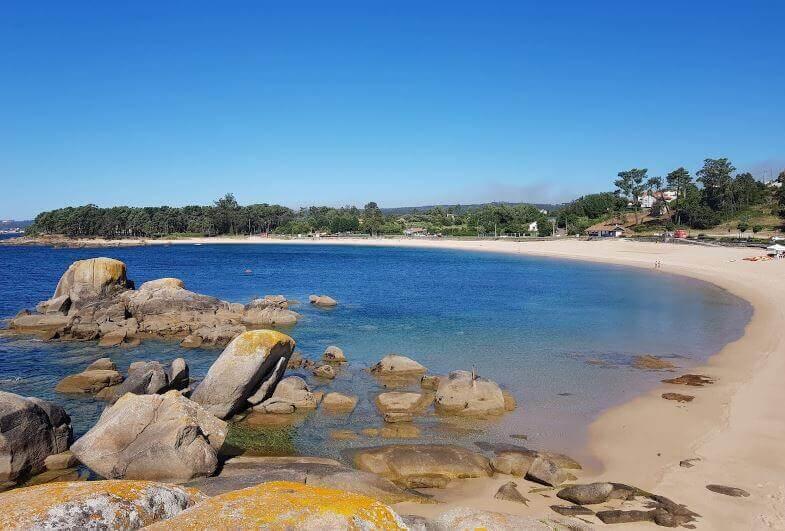 La playa Cabío / A Barca se encuentra en el municipio de A Pobra do Caramiñal, perteneciente a la provincia de A Coruña y a la comunidad autónoma de Galicia