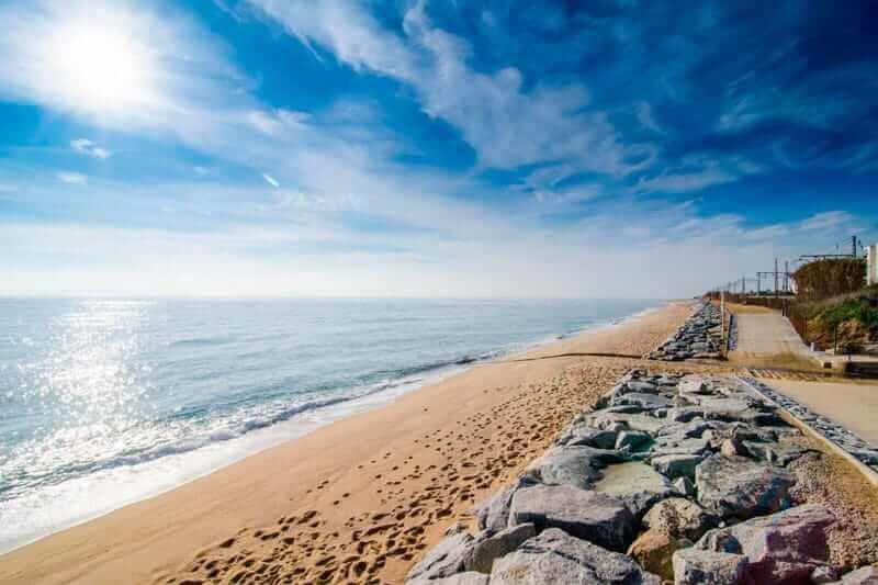 La playa Cabrera se encuentra en el municipio de Cabrera de Mar, perteneciente a la provincia de Barcelona y a la comunidad autónoma de Cataluña