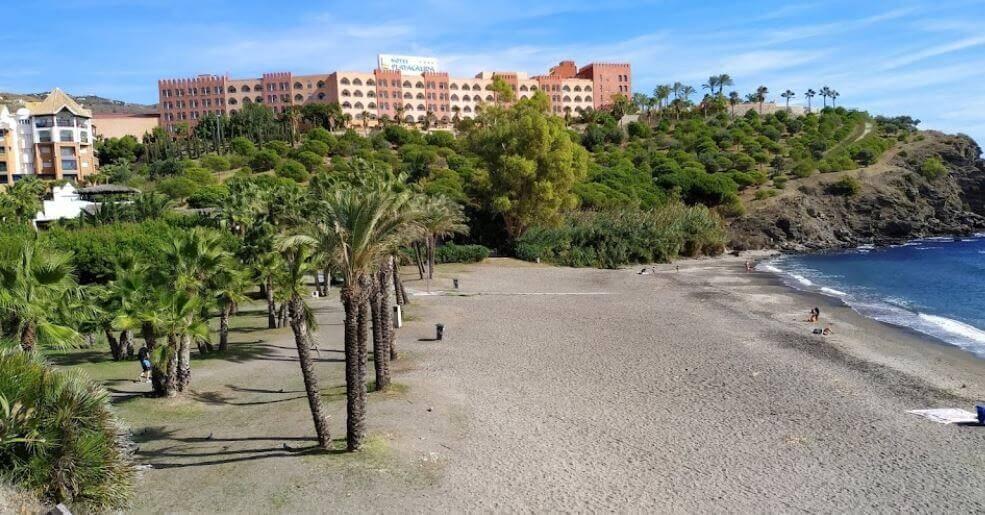 La playa Calabajío se encuentra en el municipio de Almuñécar, perteneciente a la provincia de Granada y a la comunidad autónoma de Andalucía