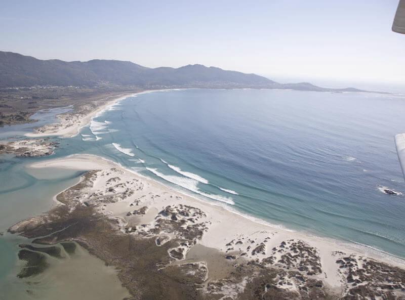 La playa Caldebarcos se encuentra en el municipio de Carnota, perteneciente a la provincia de A Coruña y a la comunidad autónoma de Galicia