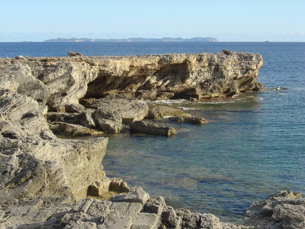 La playa Caló En Timo se encuentra en el municipio de Llucmajor, perteneciente a la provincia de Mallorca y a la comunidad autónoma de Islas Baleares