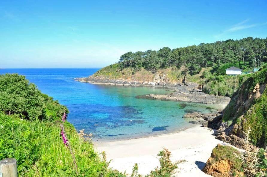 La playa Canabal se encuentra en el municipio de Oleiros, perteneciente a la provincia de A Coruña y a la comunidad autónoma de Galicia