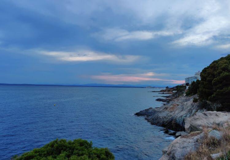 La playa Canyelles Petites se encuentra en el municipio de Roses, perteneciente a la provincia de Girona y a la comunidad autónoma de Cataluña