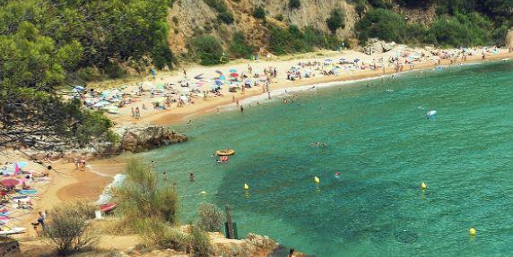 La playa Canyerets se encuentra en el municipio de Sant Feliu de Guíxols, perteneciente a la provincia de Girona y a la comunidad autónoma de Cataluña