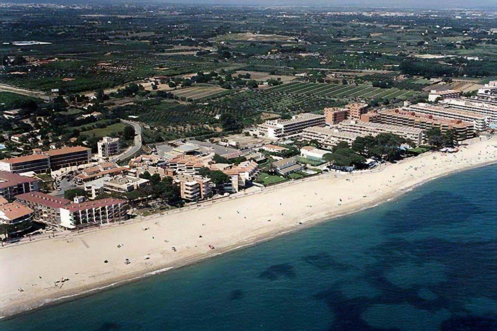 La playa Cap de Sant Pere se encuentra en el municipio de Cambrils, perteneciente a la provincia de Tarragona y a la comunidad autónoma de Cataluña