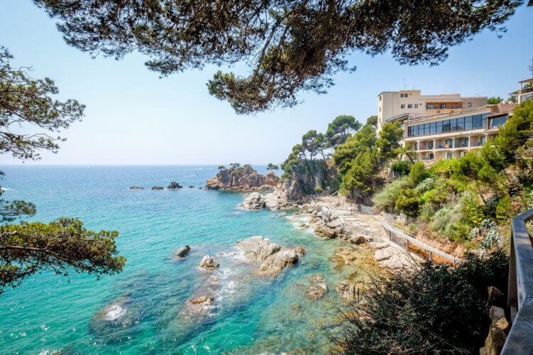 La playa Cap Roig se encuentra en el municipio de L'Ampolla, perteneciente a la provincia de Tarragona y a la comunidad autónoma de Cataluña