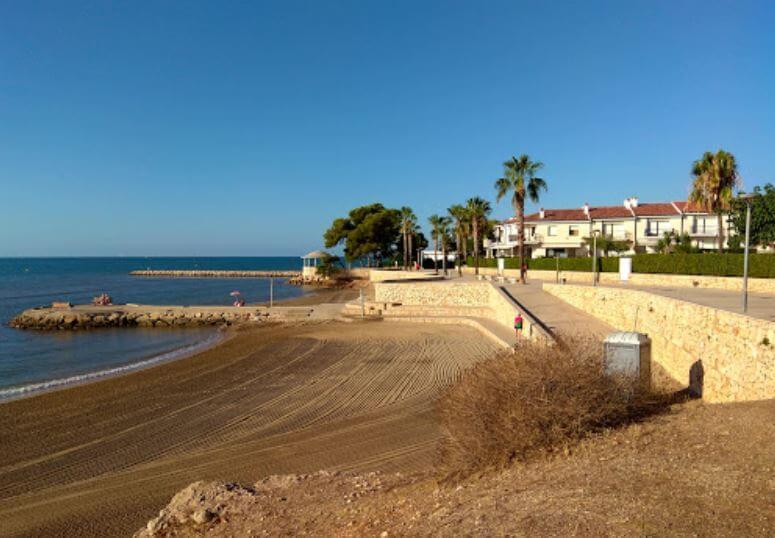 La playa Capri se encuentra en el municipio de Sant Carles de la Ràpita, perteneciente a la provincia de Tarragona y a la comunidad autónoma de Cataluña
