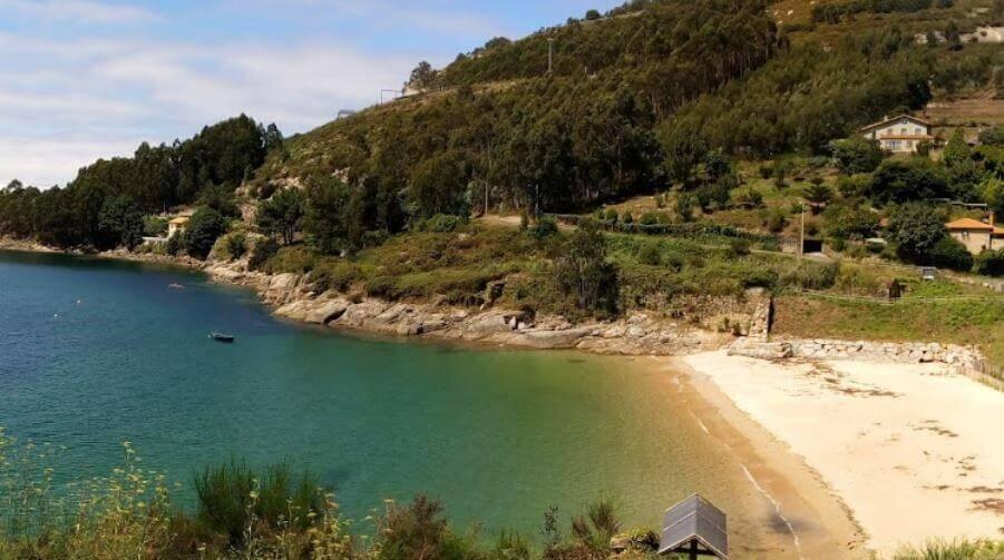 La playa Cariño se encuentra en el municipio de Ferrol, perteneciente a la provincia de A Coruña y a la comunidad autónoma de Galicia