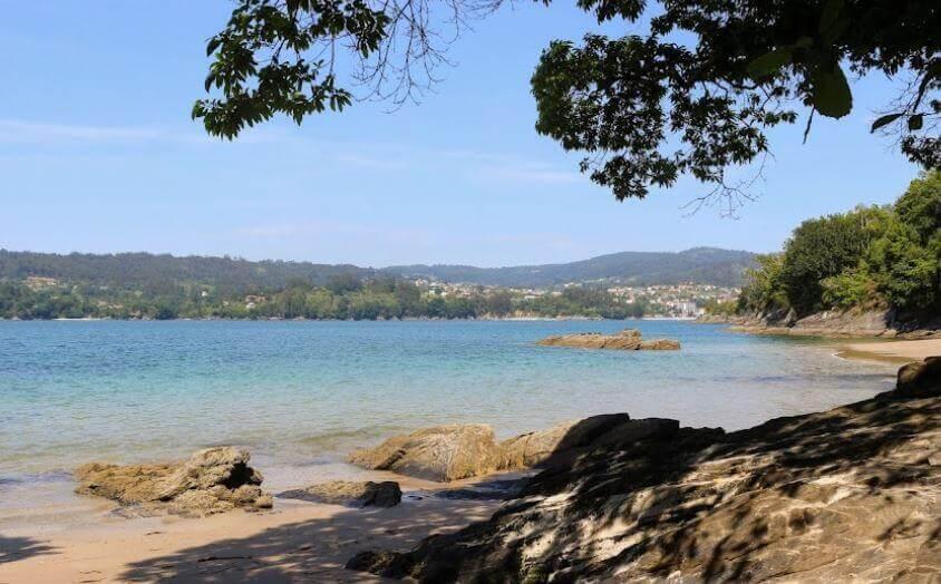 La playa Centroña se encuentra en el municipio de Pontedeume, perteneciente a la provincia de A Coruña y a la comunidad autónoma de Galicia
