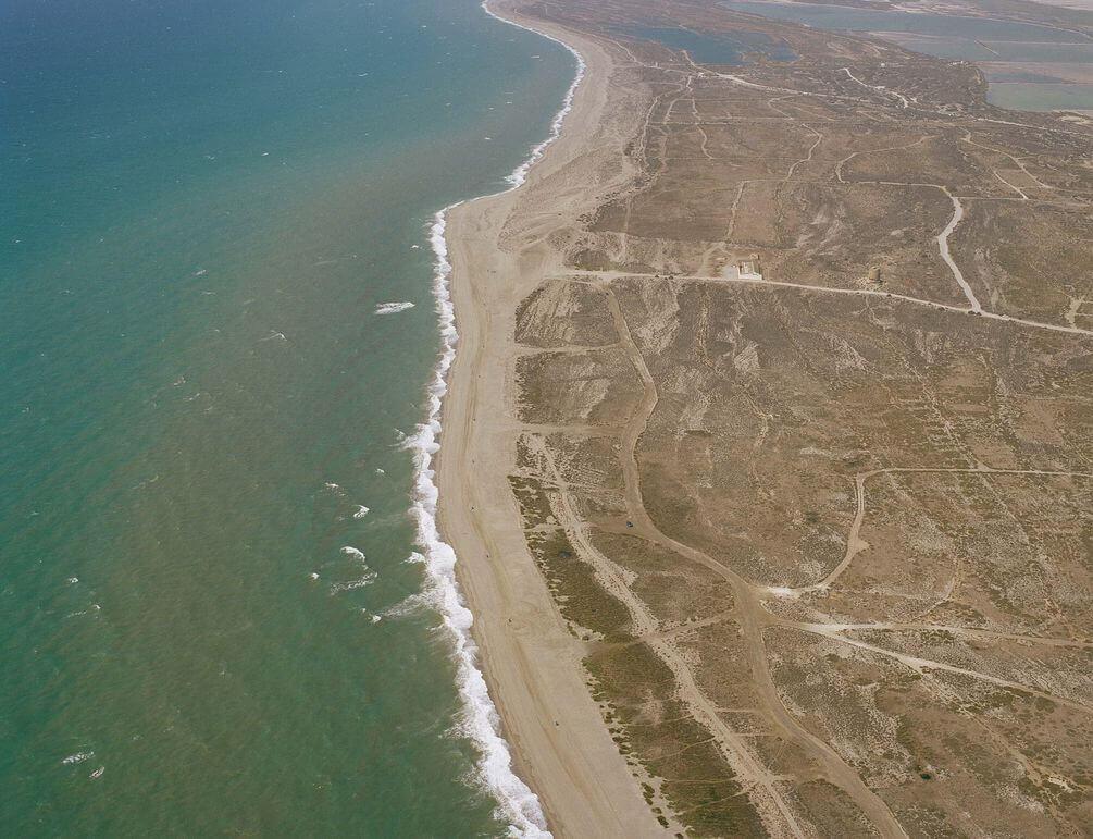 La playa Cerrillos se encuentra en el municipio de Roquetas de Mar, perteneciente a la provincia de Almería y a la comunidad autónoma de Andalucía