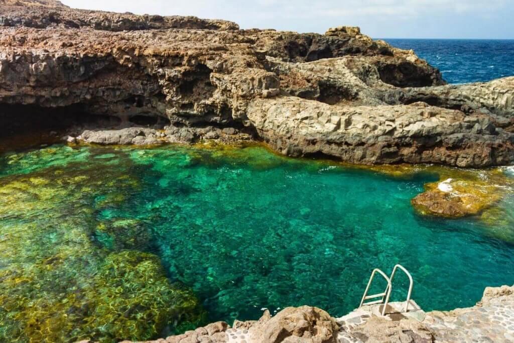 La playa Charco Azul / Los Llanillos se encuentra en el municipio de Frontera, perteneciente a la provincia de El Hierro y a la comunidad autónoma de Canarias