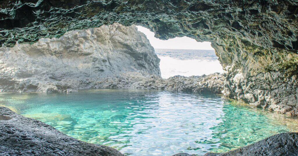La playa Charco Azul / Sabinosa se encuentra en el municipio de Frontera, perteneciente a la provincia de El Hierro y a la comunidad autónoma de Canarias