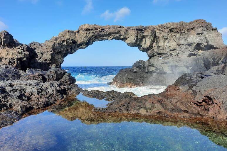La playa Charco Manso se encuentra en el municipio de Valverde, perteneciente a la provincia de El Hierro y a la comunidad autónoma de Canarias