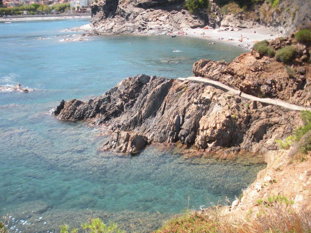 La playa Claper se encuentra en el municipio de Portbou, perteneciente a la provincia de Girona y a la comunidad autónoma de Cataluña