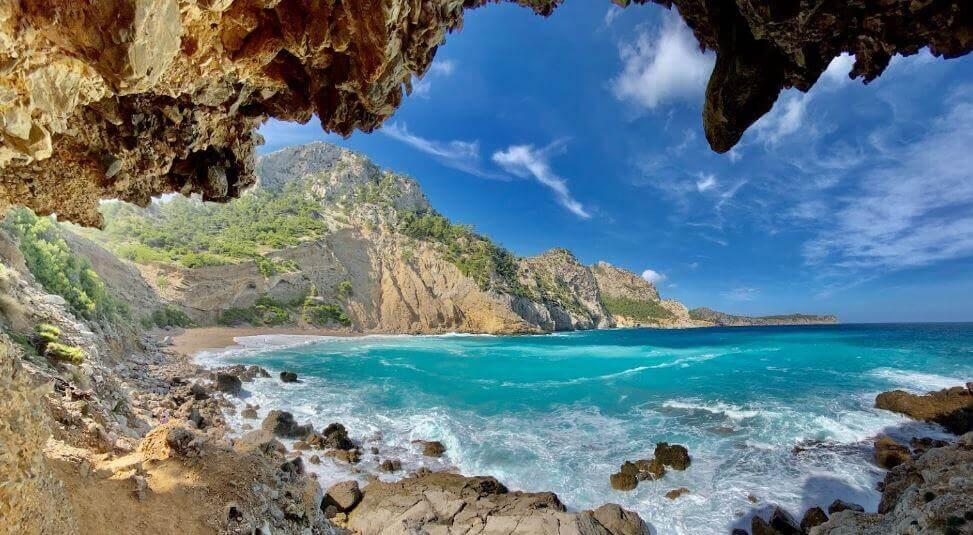 La playa Coll Baix se encuentra en el municipio de Alcúdia, perteneciente a la provincia de Mallorca y a la comunidad autónoma de Islas Baleares