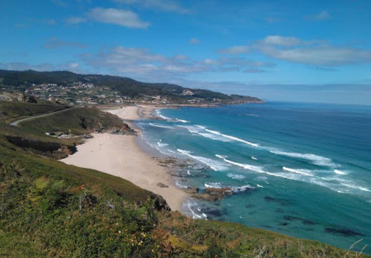 La playa Combouzas se encuentra en el municipio de Arteixo, perteneciente a la provincia de A Coruña y a la comunidad autónoma de Galicia
