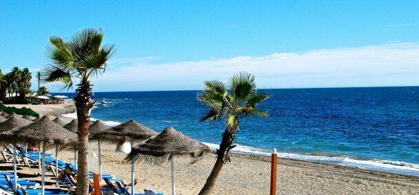 La playa Cortijo Blanco se encuentra en el municipio de Marbella, perteneciente a la provincia de Málaga y a la comunidad autónoma de Andalucía