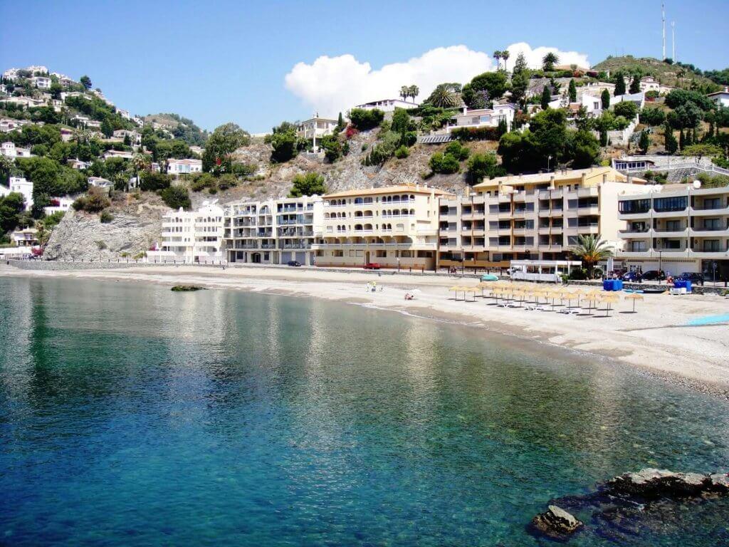 La playa Cotobro se encuentra en el municipio de Almuñécar, perteneciente a la provincia de Granada y a la comunidad autónoma de Andalucía