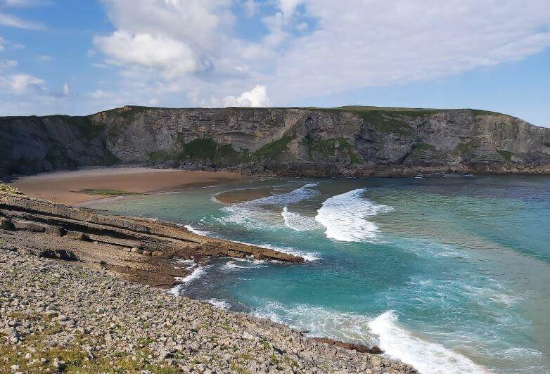 La playa Cuberris / Playa de Ajo se encuentra en el municipio de Bareyo, perteneciente a la provincia de Cantabria y a la comunidad autónoma de Cantabria