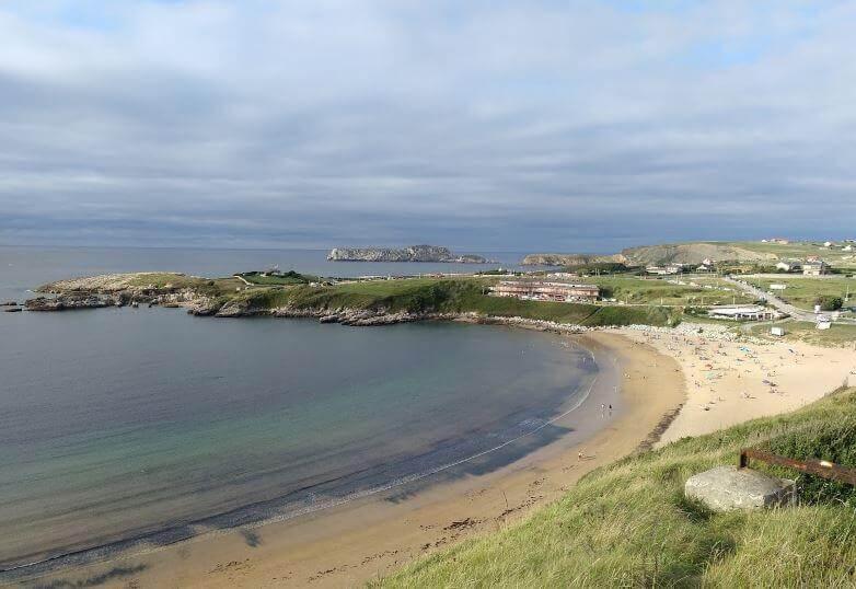 La playa Cuchía / Marzán se encuentra en el municipio de Miengo, perteneciente a la provincia de Cantabria y a la comunidad autónoma de Cantabria