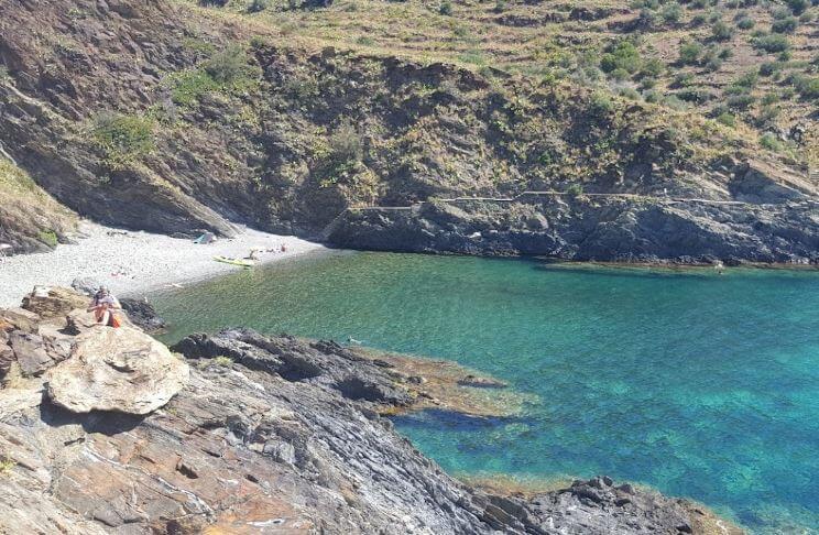La playa Del Pi se encuentra en el municipio de Portbou, perteneciente a la provincia de Girona y a la comunidad autónoma de Cataluña