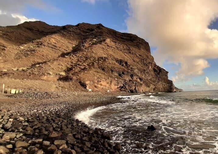 La playa Descojonado se encuentra en el municipio de La Aldea de San Nicolás, perteneciente a la provincia de Las Palmas de Gran Canaria y a la comunidad autónoma de Canarias
