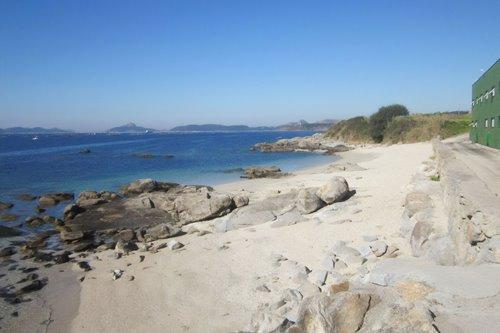 La playa Dos Castros se encuentra en el municipio de Cangas, perteneciente a la provincia de Pontevedra y a la comunidad autónoma de Galicia
