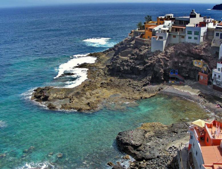 La playa El Agujero se encuentra en el municipio de Gáldar, perteneciente a la provincia de Las Palmas de Gran Canaria y a la comunidad autónoma de Canarias