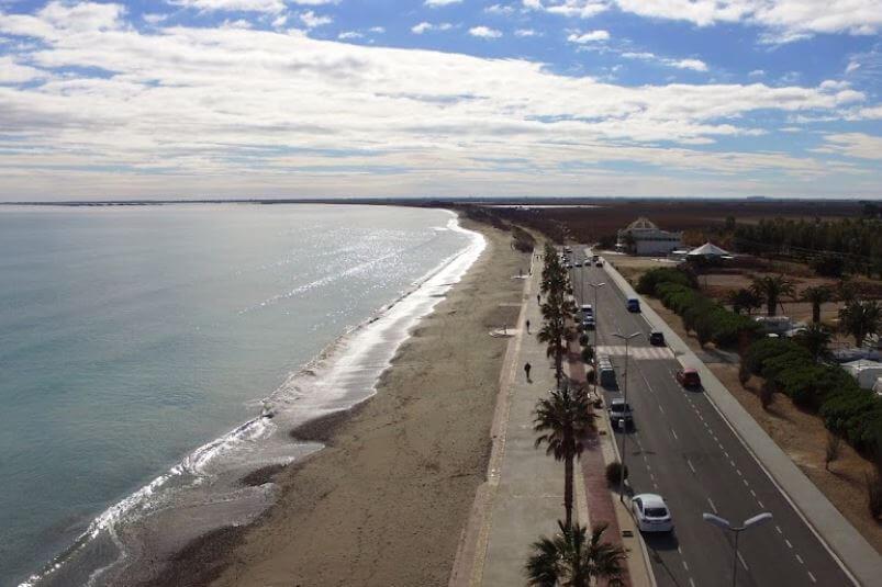 La playa El Arenal se encuentra en el municipio de L'Ampolla, perteneciente a la provincia de Tarragona y a la comunidad autónoma de Cataluña