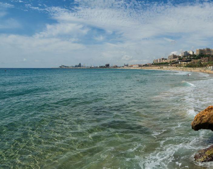 La playa El Arquitecto se encuentra en el municipio de L'Ampolla, perteneciente a la provincia de Tarragona y a la comunidad autónoma de Cataluña