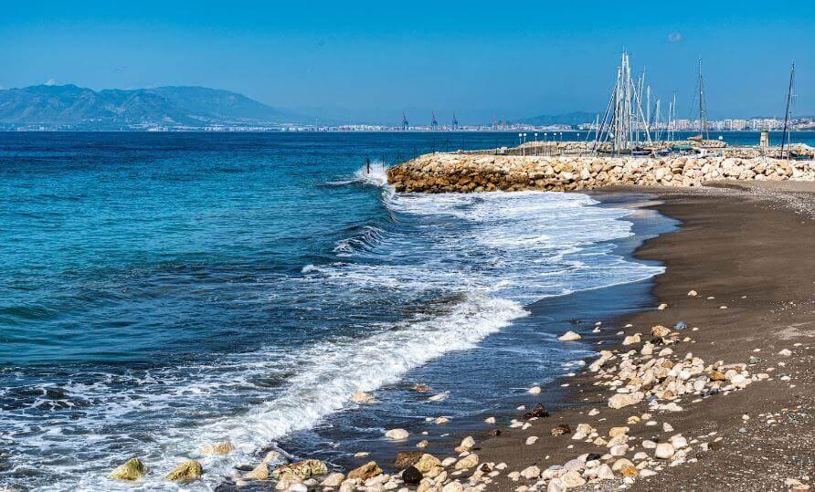 La playa El Candado se encuentra en el municipio de Málaga, perteneciente a la provincia de Málaga y a la comunidad autónoma de Andalucía