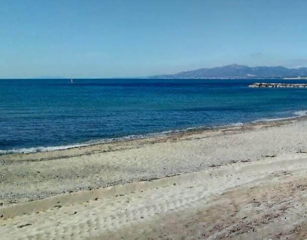 La playa El Cavet se encuentra en el municipio de Cambrils, perteneciente a la provincia de Tarragona y a la comunidad autónoma de Cataluña