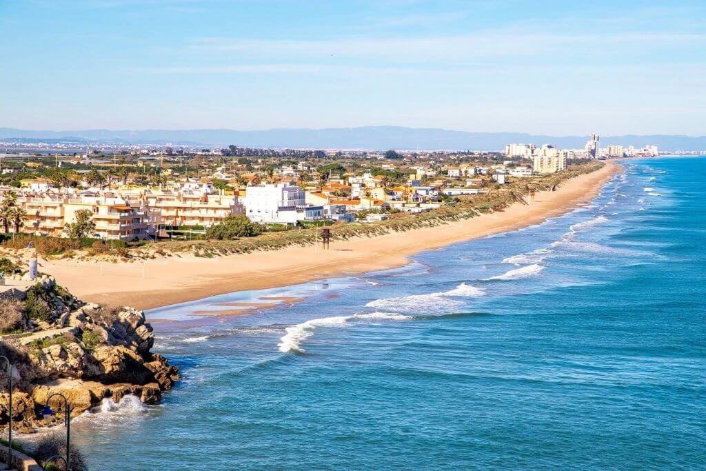 La playa El Dosel se encuentra en el municipio de Cullera, perteneciente a la provincia de Valencia y a la comunidad autónoma de Comunidad Valenciana