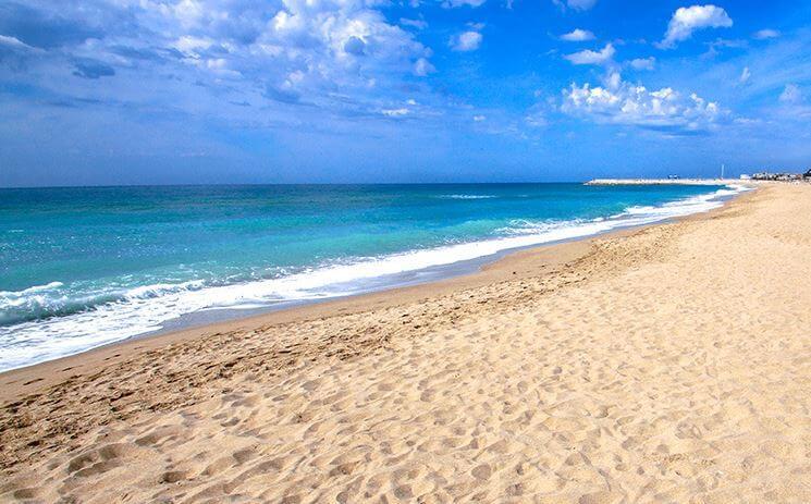 La playa El Francàs se encuentra en el municipio de El Vendrell, perteneciente a la provincia de Tarragona y a la comunidad autónoma de Cataluña