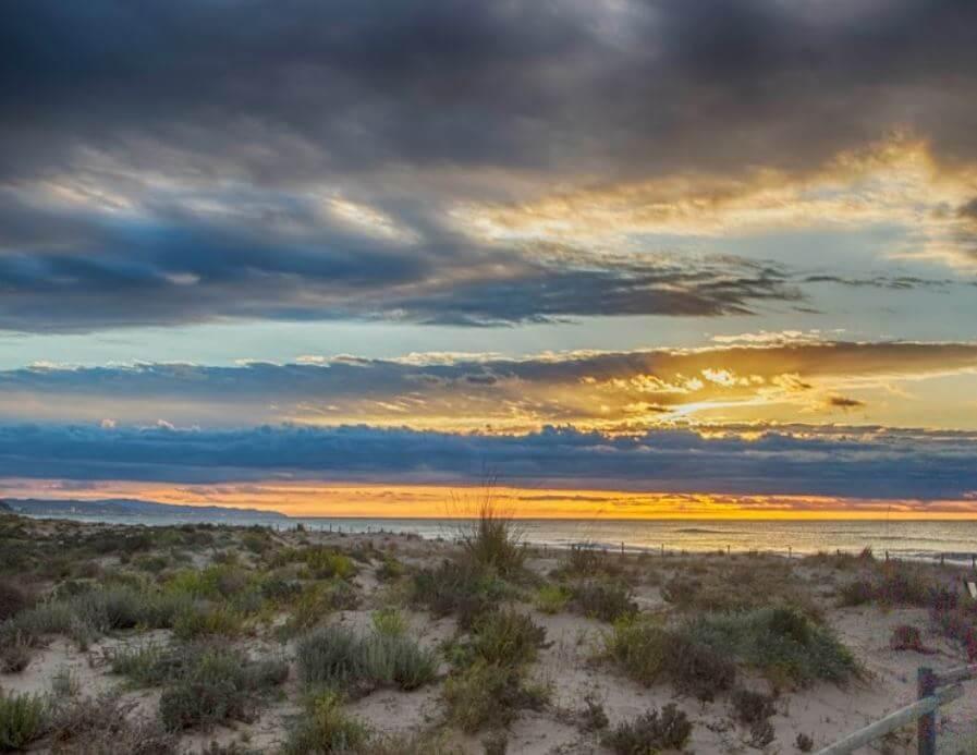 La playa El Muntanyans se encuentra en el municipio de Torredembarra, perteneciente a la provincia de Tarragona y a la comunidad autónoma de Cataluña