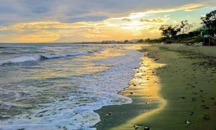 La playa El Pinillo se encuentra en el municipio de Marbella, perteneciente a la provincia de Málaga y a la comunidad autónoma de Andalucía