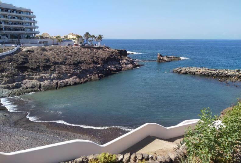 La playa El Pinque se encuentra en el municipio de Adeje, perteneciente a la provincia de Tenerife y a la comunidad autónoma de Canarias