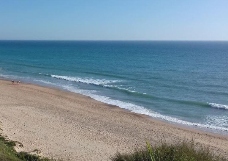 La playa El Puerco / La loma del puerco se encuentra en el municipio de Chiclana de la Frontera, perteneciente a la provincia de Cádiz y a la comunidad autónoma de Andalucía