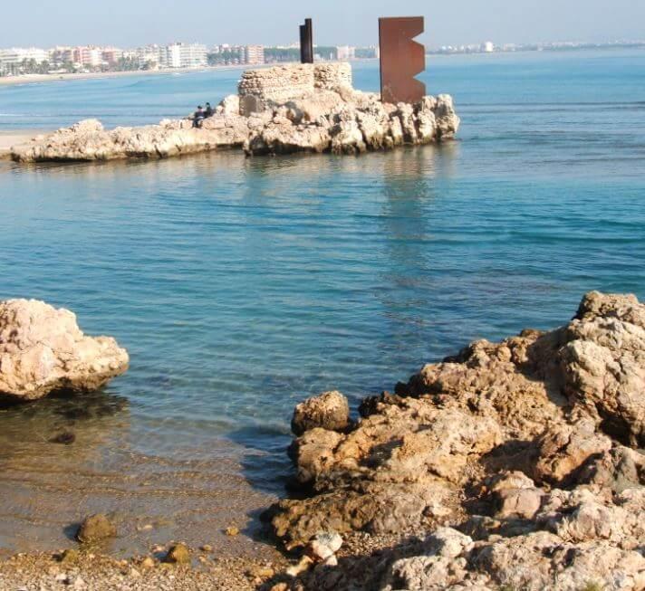 La playa El Reguerot de Claveguer se encuentra en el municipio de Salou, perteneciente a la provincia de Tarragona y a la comunidad autónoma de Cataluña