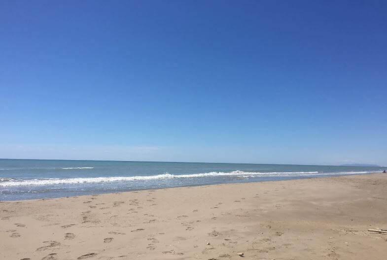 La playa El Serrallo se encuentra en el municipio de Sant Jaume d'Enveja, perteneciente a la provincia de Tarragona y a la comunidad autónoma de Cataluña