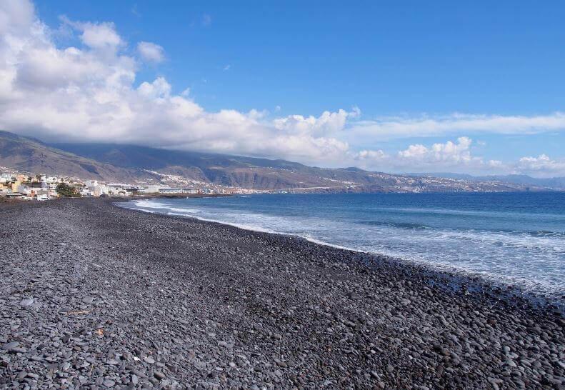 La playa El Socorro se encuentra en el municipio de Güimar, perteneciente a la provincia de Tenerife y a la comunidad autónoma de Canarias