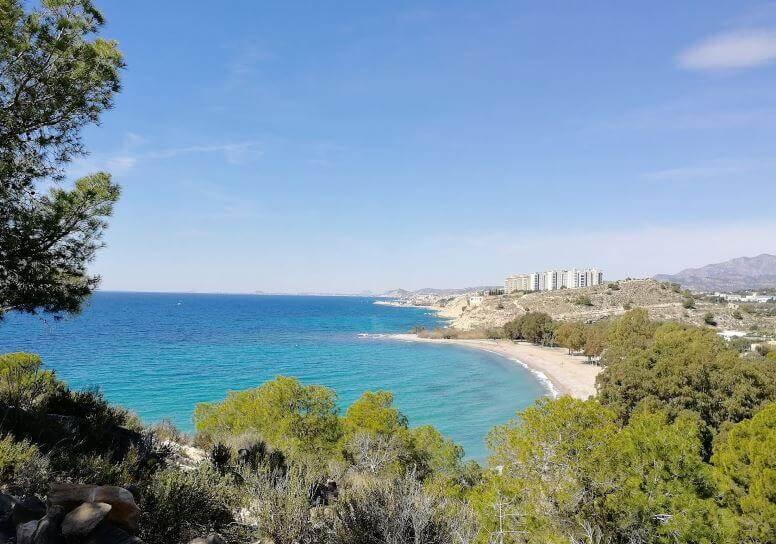 La playa El Torres / Playa del Río Torres se encuentra en el municipio de Villajoyosa, perteneciente a la provincia de Alicante y a la comunidad autónoma de Comunidad Valenciana