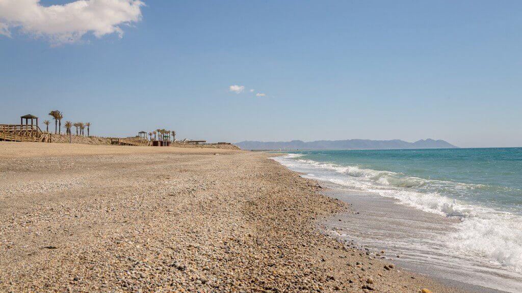 La playa El Toyo se encuentra en el municipio de Almería, perteneciente a la provincia de Almería y a la comunidad autónoma de Andalucía