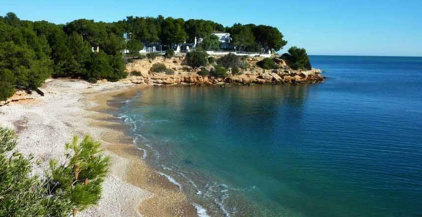 La playa Els Capellans / Cala Montero se encuentra en el municipio de L'Ampolla, perteneciente a la provincia de Tarragona y a la comunidad autónoma de Cataluña