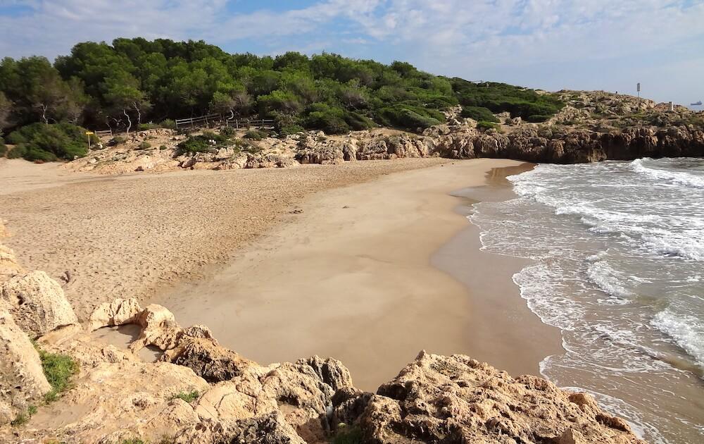 La playa Els Capellans / Los Capellanes se encuentra en el municipio de Tarragona, perteneciente a la provincia de Tarragona y a la comunidad autónoma de Cataluña