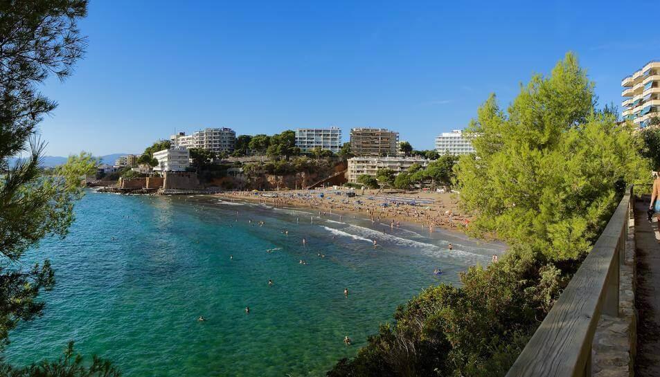 La playa Els Capellans se encuentra en el municipio de Salou, perteneciente a la provincia de Tarragona y a la comunidad autónoma de Cataluña