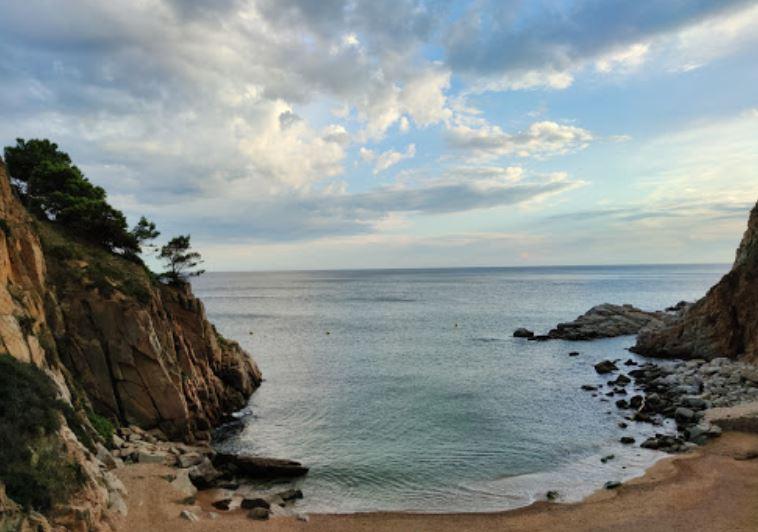 La playa Es Codolar se encuentra en el municipio de Tossa de Mar, perteneciente a la provincia de Girona y a la comunidad autónoma de Cataluña